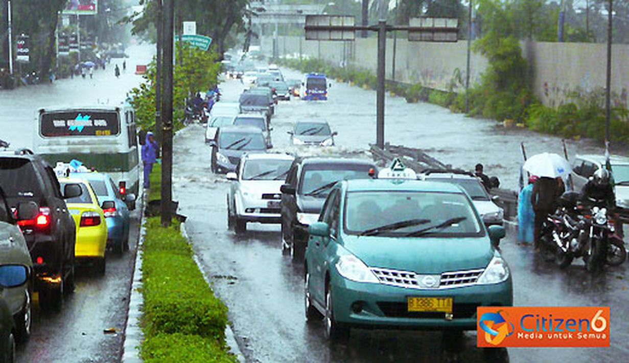 Ruas Jalan di Depan Kantor TVRI Tergenang Banjir - Foto ...