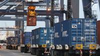 Aktivitas bongkar muat peti kemas di Pelabuhan Tanjung Priok, Jakarta, Jumat (25/5). Kenaikan impor dari 14,46 miliar dolar AS pada Maret 2018 menjadi 16,09 miliar dolar AS (month-to-month). (Liputan6.com/Angga Yuniar)