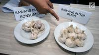Petugas menunjukkan perbedaan bawang putih konsumsi dan benih saat rilis penyalahgunaan distribusi bawang putih impor di Jakarta, Kamis (31/5). DirTipideksus mengamankan 30.000 ton. (Liputan6.com/Helmi Fithriansyah)