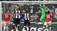 Kiper Newcastle, Martin Dubravka, mengamankan bola saat melawan Manchester United pada laga Premier League di Stadion St James Park, Newcastle, Minggu (6/10). Newcastle menang 1-0 atas MU. (AFP/Paul Ellis)