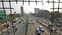 Sejumlah kendaraan melintas di Jalan Tol Dalam Kota, Jakarta, Senin (11/6). H-4 Lebaran sejumlah ruas tol di Jakarta ramai lancar. (Liputan6.com/Herman Zakharia)