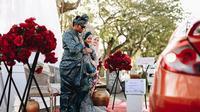 Pasangan ini gelar pesta pernikahan dengan kosnep drive-thru dan makanannya dibungkus. (Sumber: Facebook/Dinas Bridal)