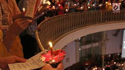 Ratusan umat Kristiani menyalakan lilin sambil bernyanyi pada Misa Natal di Gereja Protestan Indonesia Barat (GPIB) Immanuel, Gambir, Jakarta, Minggu (24/12). Misa Natal 2017 mengusung tema Damai Sejahtera. (Liputan6.com/Herman Zakharia)