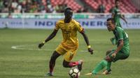 Gelandang Sriwijaya FC, Makan Konate, berusaha melewati bek PSMS Medan, Jajang Sukmara, pada perebutan tempat ketiga Piala Presiden di SUGBK, Jakarta, Sabtu (17/2/2018). PSMS kalah 0-4 dari Sriwijaya. (Bola.com/Vitalis Yogi Trisna)