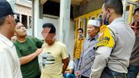 Terduga penghina agama dan penghinaan Alquran dijemput warga ke rumahnya di Pekanbaru. (Liputan6.com/Istimewa)