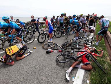Pebalap sepeda mengalami kecelakaan yang cukup serius dalam etape ke-15 Giro d'Italia 2021, sejauh 147km antara Grado dan Gorizia pada 23 Mei 2021. (Foto: AFP/Luca Bettini)
