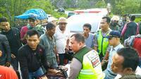 Evakuasi korban kecelakaan maut mobil masuk jurang di Kabupaten Kampar. (Liputan6.com/M Syukur)
