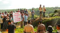 Warga petani lahan plasma di Kabupaten Pelalawan berusaha menghadap petugas yang melakukan eksekusi lahan. (Liputan6.com/M Syukur)