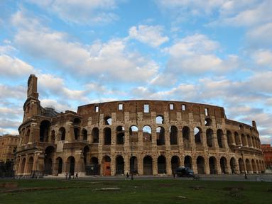 Beberapa wisatawan terlihat di Colosseum di Roma, Italia (4/11/2020). Perdana Menteri Italia Giuseppe Conte telah menandatangani dekret yang menetapkan jam malam berskala nasional mulai pukul 22.00 sampai 05.00 setelah jumlah kasus coronavirus terus melonjak di negara itu. (Xinhua/Cheng Tingting)