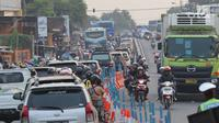 Arus lalu lintas dari Jalur Pantura Cikampek mengarah Jakarta terlihat macet di jalan Jendral Sudirman,Cikampek,  Jawa Barat, Sabtu (7/1). (Liputan6.com/Helmi Afandi)