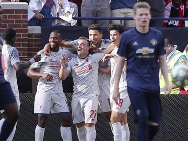 Para pemain Liverpool merayakan gol yang dicetak oleh Xherdan Shaqiri ke gawang Manchester United pada laga ICC 2018 di Stadion Ann Arbor, Michigan, Minggu (29/7/2018). Liverpool menang 4-1 atas Manchester United. (AP/Carlos Osorio)