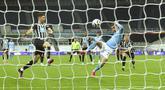 Pemain Manchester City Ferran Torres mencetak gol ke gawang Newcastle United pada pertandingan Liga Inggris di Stadion St James' Park, Newcastle, Inggris, Jumat (14/5/2021). Hattrick Ferran Torres membawa Manchester City menang 4-3. (Peter Powell/Pool via AP)