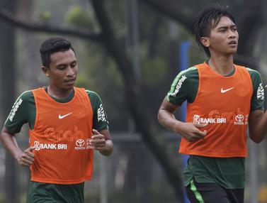 Pemain Timnas Indonesia U-22, Jayus Hariono dan Syafril Lestaluhu.(Bola.com/Vitalis Yogi Trisna)