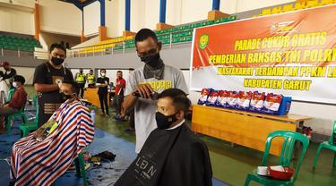 Selain warga, Kapolres Garut AKBP Wirdhanto Hadicaksono  serta Dandim 0611 Garut Letkol Deni Iskandar, ikut langsung menjadi peserta potong rambut gratis tersebut.