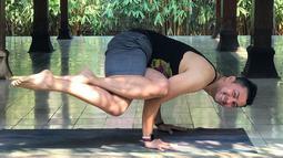 Seiring berjalannya waktu, ia mulai mengajar banyak orang di forum umum. Anjasmara yang telah lama mendalami olahraga ini memiliki kelenturan tubuh dan keseimbangan. Ia kerap membagikan momen dirinya yoga di media sosial. (Liputan6.com/IG/@anjasmara)