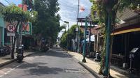 Potret Jumat, 1 Januari 2021 di Kuta, Bali, kawasan yang biasanya dipadati pelancong sepanjang tahun, kini tampak sepi karena dampak pandemi corona Covid-19. (Liputan6.com/Putu Elmira)