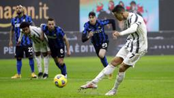 Striker Juventus, Cristiano Ronaldo, mencetak gol ke gawang Inter Milan pada laga Coppa Italia di Stadion Giuseppe Meazza, Selasa (2/2/2021). Juventus menang dengan skor 2-1. (AP/Luca Bruno)