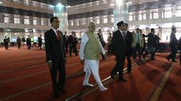 Presiden Joko Widodo dan PM India Narendra Modi berjalan di Masjid Istiqlal, Jakarta, Rabu (30/5). Kunjungan kenegaraan Narendra Modi tersebut membahas isu-isu bilateral, regional dan global. (Liputan6.com/Angga Yuniar)