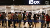 Calon pembeli rela antre di gerai iBox, Central Park, Jakarta, Jumat (22/12). Mereka rela antre dari pagi untuk iPhone seri terbaru. (Liputan6.com/Angga Yuniar)