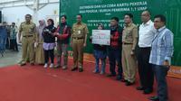 Gubernur DKI Jakarta Anies Baswedan membagikan 3.070 kartu pekerja kepada para buruh. (Liputan6.com/Lizsa Egeham)