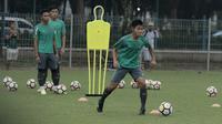 Pemain Timnas Indonesia U-23, Firza Andika, saat latihan di Lapangan ABC Senayan, Jakarta, Rabu (25/4/2018). Latihan tersebut dalam rangka persiapan Anniversary Cup 2018. (Bola.com/M Iqbal Ichsan)