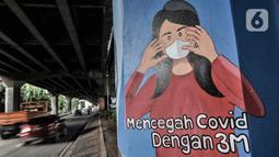 Kendaraan melintasi mural bertema protokol kesehatan Covid-19 yang menghiasi tiang pancang jalan tol di Jalan Ahmad Yani, Jakarta, Minggu (13/12/2020). Mural dibuat bertujuan mengajak masyarakat melawan pandemi Covid-19 dengan disiplin mematuhi protokol kesehatan. (merdeka.com/Iqbal S. Nugroho)