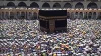 Jemaah Haji melakukan thawaf di Kabah Masjidl Haram, Arab Saudi. (Liputan6.com/Taufiqurrohman)