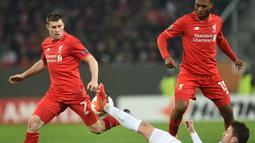 Perebutan bola antara pemain Augsburg dengan pemain Liverpool pada laga leg pertama 32 besar Liga Europa, di WWK Arena, Augsburg, Jerman, Jumat (19/2/2016) dini hari WIB. (AFP/Christof Stache)