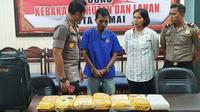 Kurir jaringan narkoba Malaysia membuang tas berisi sabu ke tembok rumah tetangganya untuk mengelabui personel Polres Kota Dumai. (Liputan6.com/M Syukur)