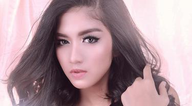Kerap berperan di sinetron dengan wajah polos alias makeup tipis, Ochi ternyata semakin menawan dengan makeup tebal. Seperti saat menjalani pemotretan dengan makeup mata yang tebal ini. (Liputan6.com/IG/@ochi24)