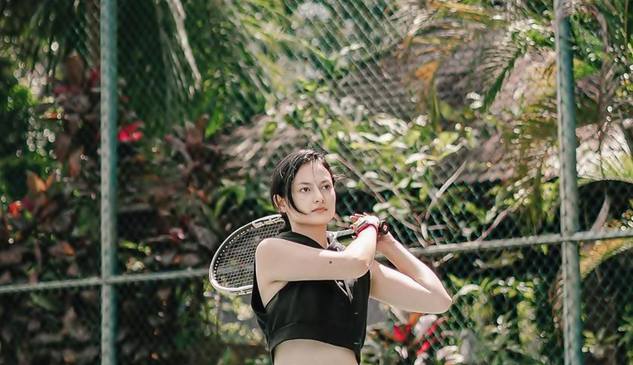 Tampil simpel dengan busana sporty membuat pemeran Marsha dalam film Imperfect ini kerap banjir pujian. Seperti unggahan terbarunya saat ini saat ia tengah melakukan yoga. Di tengah kesibukannya ia selalu menyempatkan diri. (Liputan6.com/IG/@clarabernadeth)