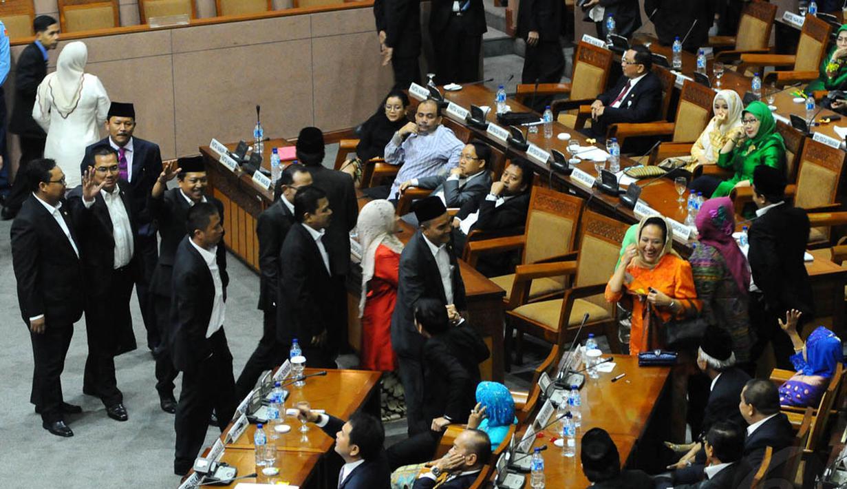 Anggota DPR dari PKB melakukan aksi walk out dan meninggalkan ruangan Rapat Paripurna, Jakarta, (2/10/14). (Liputan6.com/Andrian M Tunay)