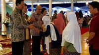 Ribuan warga mengantre untuk bersalaman dengan Sri Sultan HB X yang juga menjabat Gubernur DIY di Bangsal Kepatihan Yogyakarta. (Harminanto/KRJogja.com)