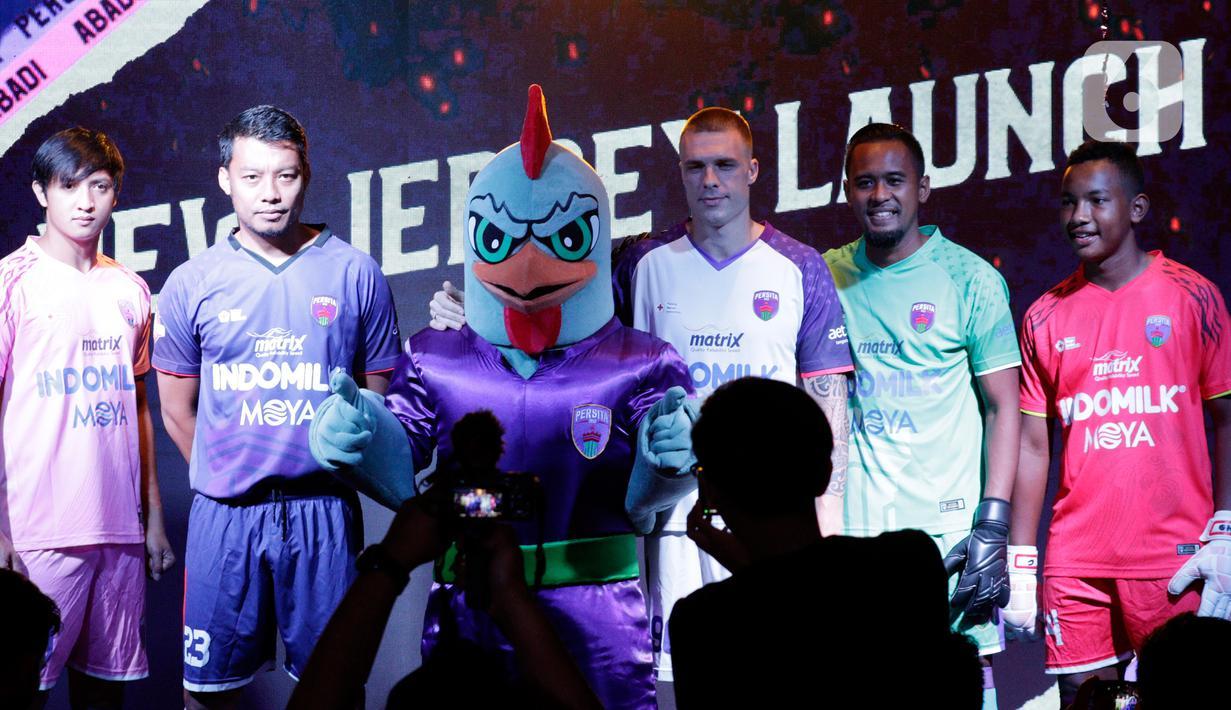 Pemain Persita Tangerang didampingi maskot Ayam Wareng  saat launching untuk 4 elemen terbaru klub jelang bergulirnya Shopee Liga 1 2020 di Gading Sepong, Tangerang, Rabu (26/2/2020). Empat elemen baru yang diluncurkan Persita Tangerang adalah tim, jersey, logo, dan maskot. (Bola.com/M Iqbal Ichsan)