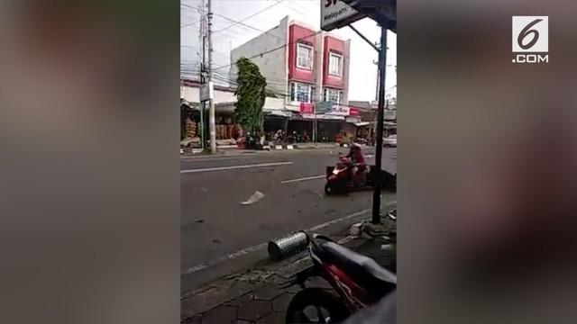 Angin puting beliung menerjang sejumlah wilayah di Kabupaten Sukoharjo, Jawa Tengah. Akibatnya, ratusan rumah warga rusak dan sejumlah pohon tumbang.