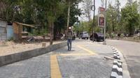 Bentuk jalur khusus tunanetra di Jalan Ir Sutami, Taman Makam Pahlawan Jurug, Jebres, Solo, viral dan banyak dibicarakan di media sosial. Pasalnya bentuk guiding block dibuat zigzag. (Solopos/ Nicolous Irawan)