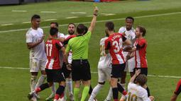 Pemain Real Madrid bersitegang dengan pemain Athletic Bilbao pada laga La liga di Stadion San Mames, Minggu (5/7/2020). Real Madrid menang 1-0 atas Athletic Bilbao. (AP/Alvaro Barrientos)