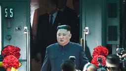 Pemimpin Korea Utara (Korut) Kim Jong-un tiba di Stasiun Dong Dang di Lang Son, Selasa (26/2). Kim Jong-un tiba di Vietnam setelah menghabiskan sekitar 2,5 hari dalam perjalanan menggunakan kereta api dari Pyongyang. (Photo by Nhac NGUYEN / AFP)