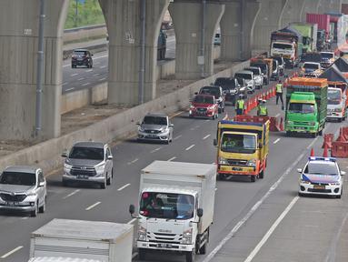 Suasana pos penyekatan di Cikarang Barat, kabupaten Bekasi, Jawa Barat, Rabu (20/5/2020). H - 4 menjelang Lebaran, kondisi lalu lintas jalan tol Jakarta - Cikampek terlihat ramai lancar. (Liputan6.com/Herman Zakharia)