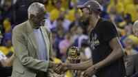 Forward Golden State Warriors, Kevin Durant (kanan), mendapat selamat dari legenda NBA Bill Russell atas keberhasilan menjadi pemain terbaik final NBA 2017. Durant membantu Warriors kalahkan Cavaliers 4-1. (AP Photo/Marcio Jose Sanchez)