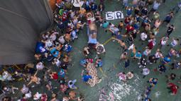 Narapidana berkumpul di sekitar jenazah narapidana lain selama kerusuhan di Penjara Castro Castro, Lima, Peru, Senin (27/4/2020). Badan Penjara Peru masih menyelidiki penyebab tewasnya tiga narapidana dalam penjara tersebut. (AP Photo/Rodrigo Abd)