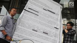 "Aktivis ICW membawa replika surat raksasa dan raket sebagai bentuk protes di Gedung KPK, Jakarta, Senin (26/8/2019). Capim KPK Firli Bahuri dicurigai ""bermain"" dalam kasus Divestasi PT Newmont yang melibatkan mantan Gubernur NTB 2008-2018 TGB Muhammad Zainul Majdi. (merdeka.com/Dwi Narwoko)"