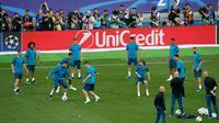 Pemain Real Madrid melakukan sesi latihan menjelang final Liga Champions di NSC Olimpiyskiy Stadium, Kiev, Jumat (25/5). Final Liga Champions musi ini akan mempertemukan raksasa Spanyol, Real Madrid melawan wakil Inggris, Liverpool. (AP/Darko Vojinovic)