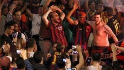 Terlihat tiga orang pendukung Barcelona bergembira saat merayakan keberhasilan Barcelona menjuarai La Liga Spanyol di Barcelona, Spanyol (18/5/2015). Barcelona juara setelah mengalahkan Atletico Madrid 1-0. (REUTERS/Gustau Nacarino)