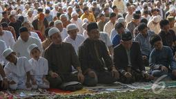 Ribuan jamaah menunaikan salat dengan khusyuk di lapangan yang berada di depan bangunan Masjid Raya Al Azhar, Jakarta, Sabtu (4/10/14). (Liputan6.com/Faizal Fanani)