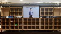 Sejumlah rak busana pria terlihat kosong setelah di serbu pembeli di Matahari Mall Taman Anggrek, Jakarta, Jumat (1/12). Penutupan PT Matahari Department Store guna menjaga kinerja perseroan ditengah penurunan pasar. (Liputan6.com/Fery Pradolo)