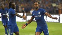 Striker Chelsea Michy Batshuayi (kanan) merayakan gol ke gawang Arsenal pada laga persahabatan di Stadion Nasional, Beijing, Sabtu (22/7/2017). (AFP/Greg Baker)