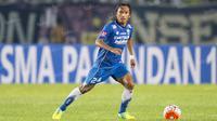 Gelandang Persib, Hariono, saat laga Torabika Soccer Championship 2016 melawan Sriwijaya FC di Stadion Si Jalak Harupat, Bandung, Sabtu (30/4/2016). (Bola.com/Vitalis Yogi Trisna)