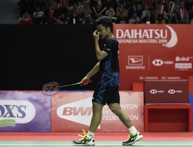 Tunggal putra Indonesia, Anthony Ginting, berusaha mengembalikan kok saat melawan tunggal Jepang. (Bola.com/Yoppy Renato)
