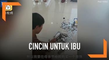Selama dua tahun, bocah asal provinsi Ahui, China itu mengumpulkan uang sebanyak 1,500 yuan atau Rp 3,1 juta di celengannya. Ia pun rela membongkar celengannya itu demi membelikan cincin untuk sang ibu.